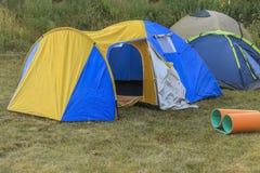 Campa tält i naturen Royaltyfria Bilder
