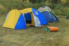 Campa tält i naturen Arkivbild