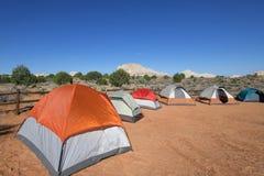 Campa tält i vitfack Arkivfoto