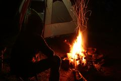Campa tält, nattlandskap Far East royaltyfria bilder