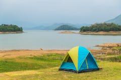 Campa tält på den jord- fördämningen Arkivfoto