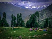 Campa tält på foten av berget i himalaya, Indien arkivbild