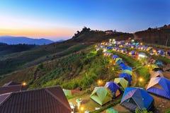 Campa tält på gryning på berget Arkivfoto