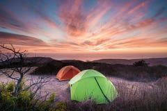 Campa tält som ut ser över havet i Kalifornien Arkivbild