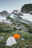 Campa tält som vandrar i berg royaltyfria foton