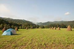 Campa tent i berg Arkivbilder