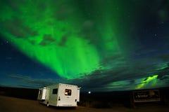 Campa under Aurora Borealis nära denYukon gränsövergången Arkivfoton