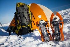 Campa under vintern som fotvandrar i Carpathian berg Arkivbilder