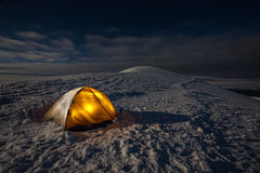 Campa under vintern som fotvandrar i Carpathian berg Arkivfoton