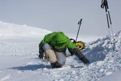 Campa under vintern som fotvandrar i Carpathian berg Arkivbild