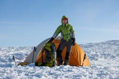 Campa under vintern som fotvandrar i Carpathian berg Royaltyfria Bilder
