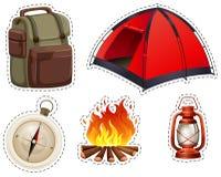Campa uppsättning med tältet och lägereld vektor illustrationer