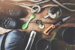 campa utrustning för expedition på träplankabakgrund arkivfoton