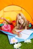 campa writing för tent för barnflickaanteckningsbok fotografering för bildbyråer