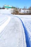 Campagna del granaio della strada della neve immagini stock libere da diritti