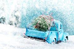 Campagna della neve con il camion dell'albero di Natale immagini stock libere da diritti