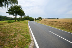 Campagna di agricoltura della strada asfaltata Immagine Stock