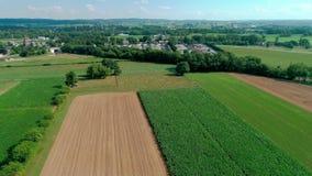 Campagna e terreni coltivabili del cimitero di Amish come visto in fuco stock footage