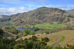Campagna inglese: traccia giù, lago, montagna Fotografia Stock