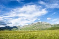 Campagna italiana con le montagne Fotografia Stock