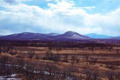 Campagna pittoresca e montagne nei precedenti in molla in anticipo Fotografie Stock Libere da Diritti