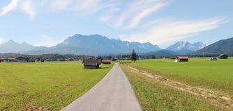 Campagna vicino alle montagne del wetterstein e di wallgau Immagini Stock