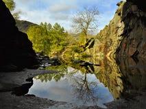 Campagne anglaise : vue hors de caverne avec l'étang Photo stock