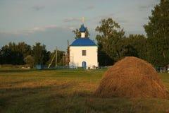Campagne avec l'église russe Image stock