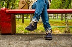 Campagne, feuilles, arbre de rouge de nature Vert, arbre de rouge de nature pied chaussures de jambe Jeans Photo stock