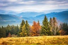 Campagne montagneuse à l'automne image stock