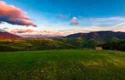 Campagne montagneuse magnifique au crépuscule photos libres de droits