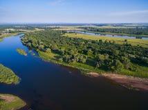 Campagne russe aérienne dans un paysage pittoresque parmi des montagnes et des rivières Image libre de droits