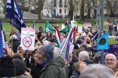 Campagnevoerders maart door Brighton, het UK in protest tegen de geplande besnoeiingen aan de openbare sectordiensten Maart werd  Stock Foto's