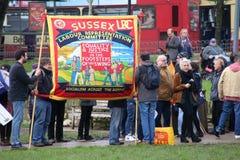 Campagnevoerders maart door Brighton, het UK in protest tegen de geplande besnoeiingen aan de openbare sectordiensten Maart werd  Stock Afbeeldingen