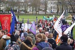 Campagnevoerders maart door Brighton, het UK in protest tegen de geplande besnoeiingen aan de openbare sectordiensten Maart werd  Stock Fotografie