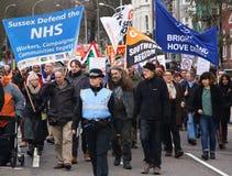 Campagnevoerders maart door Brighton, het UK in protest tegen de geplande besnoeiingen aan de openbare sectordiensten Maart werd  Royalty-vrije Stock Foto