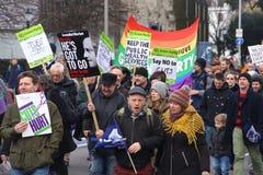 Campagnevoerders maart door Brighton, het UK in protest tegen de geplande besnoeiingen aan de openbare sectordiensten Maart werd  Royalty-vrije Stock Afbeelding