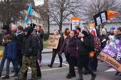 Campagnevoerders maart door Brighton, het UK in protest tegen de geplande besnoeiingen aan de openbare sectordiensten Maart werd  Royalty-vrije Stock Foto's