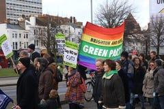 Campagnevoerders maart door Brighton, het UK in protest tegen de geplande besnoeiingen aan de openbare sectordiensten Maart werd  Royalty-vrije Stock Afbeeldingen