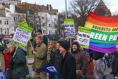Campagnevoerders maart door Brighton, het UK in protest tegen de geplande besnoeiingen aan de openbare sectordiensten Maart werd  Stock Afbeelding