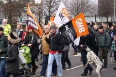 Campagnevoerders maart door Brighton, het UK in protest tegen de geplande besnoeiingen aan de openbare sectordiensten Maart werd  Stock Foto