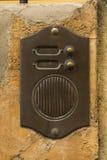 Campainha elétrica de bronze velha do intercomunicador da porta fotografia de stock