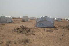 Campamento de refugiados en desierto africano fotos de archivo