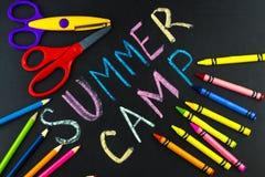 Campamento de verano del texto escrito con tiza en la pizarra fotografía de archivo