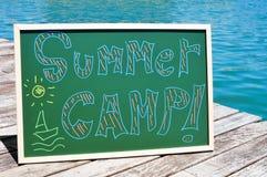 Campamento de verano del texto escrito en una pizarra Fotografía de archivo