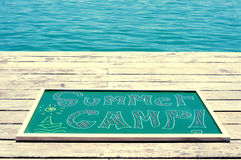 Campamento de verano del texto escrito en una pizarra Fotos de archivo libres de regalías