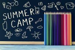 Campamento de verano del texto escrito en una pizarra Imágenes de archivo libres de regalías
