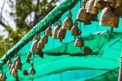 Campana asiática de la tradición en el complejo grande del templo de Buda, Tailandia Fotografía de archivo