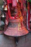 Campana bronzea in un tempio indù a Kathmandu, Nepal fotografie stock libere da diritti
