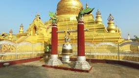 Campana buddista della pagoda di Kuthodaw, Mandalay video d archivio